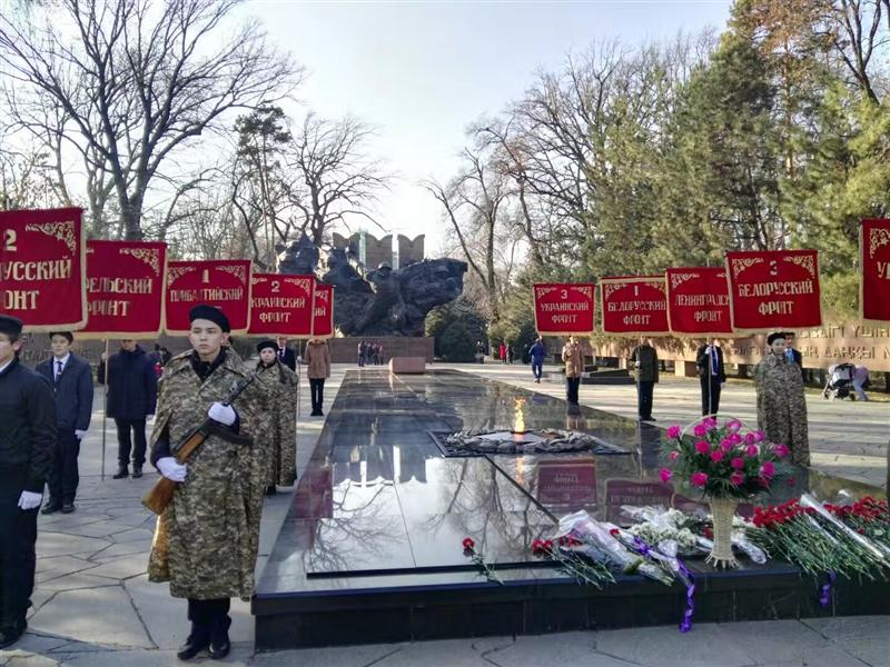 Laying flowers with students from the PRC to the monument to General IV. Panfilov and eternal fire in the Park of 28 Panfilov guardsmen